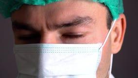 Zamyka w górę portreta i słuchawki przygotowywającej dla operaci w lekarka z maską lub chirurg szpitalu lub klinice zbiory wideo