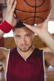 Zamyka w górę portreta męski gracz koszykówki z piłką Zdjęcia Stock