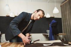 Zamyka w górę portreta młody atrakcyjny latynoski męski projektant z ciemnym włosy w czarnym kostiumu dostaje przygotowywający dl zdjęcia stock