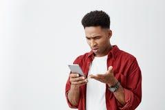 Zamyka w górę portreta młody atrakcyjny skinned mężczyzna z afro ostrzyżeniem w przypadkowej białej koszulce z czerwony koszulowy zdjęcie royalty free