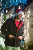 Zamyka w górę portreta młody uśmiechnięty mężczyzna z Santa Claus nakrętki sta, zdjęcie stock