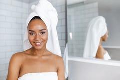 Zamyka w górę portreta piękna kobieta w ręcznikach zawijających wokoło głowy i ciała Obrazy Stock