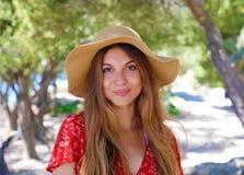 Zamyka w górę portreta piękna uśmiechnięta dziewczyna jest ubranym kapelusz i patrzeje kamerę outdoors z brązu włosy zdjęcie stock