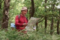 Zamyka w górę portreta podróżnika starszego mężczyzny gmerania właściwa wskazówka na mapie, podróżuje wzdłuż natury Stary turysta fotografia royalty free