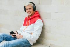 Zamyka w górę portreta przystojny blond uśmiechnięty mężczyzna wlaking w p Fotografia Stock