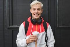 Zamyka w górę portreta przystojny blond uśmiechnięty mężczyzna wlaking w p Zdjęcia Stock