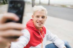 Zamyka w górę portreta przystojny blond uśmiechnięty mężczyzna wlaking w p fotografia royalty free