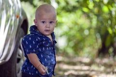 Zamyka w górę portreta słodka chłopiec trzyma klucz w jego h Zdjęcie Stock