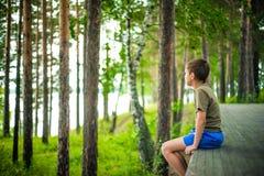 Zamyka w górę portreta siedzi outdoors chłopiec Obraz Stock