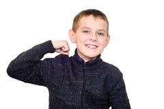 Zamyka w górę portreta silna uśmiechnięta chłopiec pokazuje mięśnie Zdjęcia Royalty Free