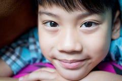 Zamyka w górę portreta szczęśliwy azjatykci chłopiec ono uśmiecha się Zdjęcia Royalty Free