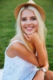 Zamyka w górę portreta uśmiechnięta młoda kobieta w kapeluszu zdjęcie stock