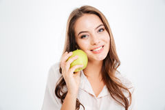 Zamyka w górę portreta uśmiechnięty dziewczyny mienia zieleni jabłko Obrazy Royalty Free