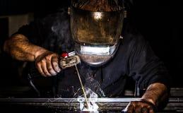 Zamyka w górę portreta widoku profesjonalisty spawacza mężczyzna maska ochraniający spawalniczy metal i iskrzy metal obraz royalty free