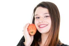 Zamyka w górę portreta zdrowa uśmiechnięta kobieta z czerwonym jabłkiem zdjęcia royalty free