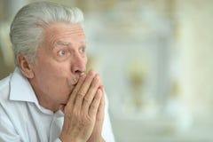 Zamyka w górę portreta zdziwiony starszy mężczyzna pozuje w domu zdjęcia royalty free