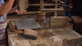 Zamyka w górę pracować przy ręcznymi glinianymi dachowymi płytkami fabrycznymi zdjęcie wideo