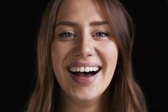 Zamyka W górę Pracownianego portreta Roześmiana młoda kobieta zdjęcia stock