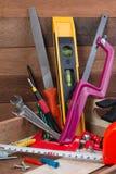 Zamyka w górę pracujących narzędzi pojęć, ciesielki budowy narzędzia narzędzia w pudełku Set pracujący narzędzia w drewnianym pud Zdjęcia Royalty Free