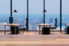 Zamyka w górę pustego drewnianego stołu, rozmyty kolorowy nowożytny biurowy wewnętrzny tło, kopii przestrzeń, 3D ilustracja royalty ilustracja