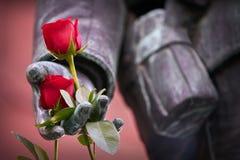 Zamyka w górę róż na żołnierz statui fotografia stock
