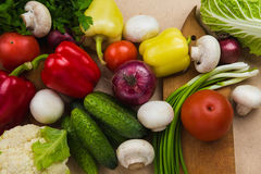 Zamyka w górę różnorodnych kolorowych surowych warzyw Obrazy Royalty Free
