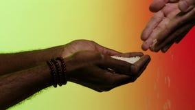 Zamyka w górę ręk daje białych Jaśminowych ryż dla, odizolowywający na czerwonym i żółtym tle zapas Biały człowiek daje pomagać zbiory wideo