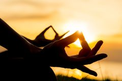 Zamyka w górę ręk Kobieta robi joga plenerowy Kobiety ćwiczyć zasadniczy i medytacja dla sprawność fizyczna stylu życia w plażowy