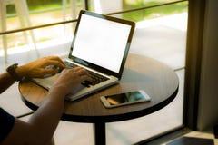 Zamyka w górę ręka mężczyzna używa laptop obrazy stock