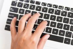 Zamyka w górę ręka typ na klawiaturze Fotografia Stock