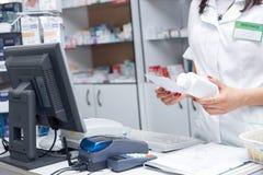 Zamyka w górę ręki kobiety farmaceuta z receptą i medycyną Fotografia Stock