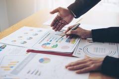Zamyka w górę ręki wskazuje przy biznesowym dokumentem podczas dyskusji przy pokojem konferencyjnym kierownik ds. marketingu prac zdjęcia stock