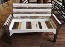Zamyka w górę rocznik białej i brown drewnianej ławki obraz royalty free