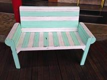 Zamyka w górę rocznik białej i zielonej drewnianej ławki obraz stock