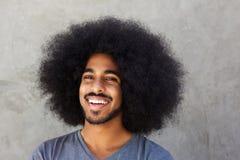 Zamyka w górę roześmianej afro mężczyzna pozyci ścianą zdjęcie royalty free