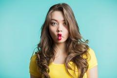 Zamyka w górę salowego moda stylu życia portreta ładna młoda brunetki dziewczyna, śmieszna kobieta obraz royalty free