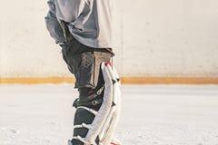 Zamyka w górę samotnego hokejowego bramkarza ochrania bramy podczas dopasowania na lodzie f obrazy royalty free