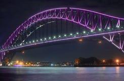 Zamyka w górę schronienie mosta Sydney wysoce iluminujący z różowym ligh fotografia stock