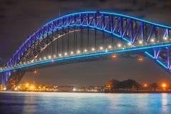 Zamyka w górę schronienie mosta Sydney wysoce iluminujący z różowym ligh zdjęcia stock