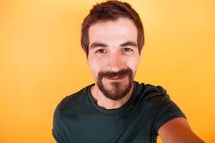 Zamyka w górę selfie portreta szczęśliwy uśmiechnięty mężczyzna zdjęcia stock