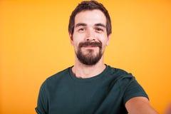 Zamyka w górę selfie portreta szczęśliwy uśmiechnięty mężczyzna obraz royalty free