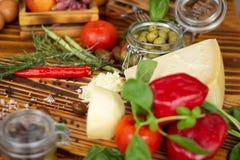 Zamyka w górę sera, pieprzy, zielonych oliwek, pomidorów i pikantność, Karmowy tło, jarzynowy skład świeżych składników zdjęcie stock