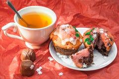 Zamyka w górę setu kolorowe babeczki z filiżanką herbata Fotografia Stock