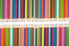 Zamyka w górę setu wieloskładnikowego colour drewniani ołówki na białym tle ilustracja wektor