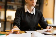 Zamyka w górę skoncentrowanego nastoletniej dziewczyny studiowania fotografia royalty free