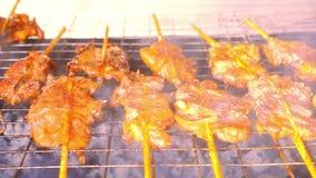 Zamyka w górę smażyć kawałki mięso w grillu dalej zdjęcie wideo