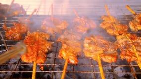 Zamyka w górę smażyć kawałki mięso w grillu dalej zbiory