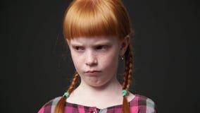 Zamyka w górę smutnej imbirowej dziewczyny zbiory