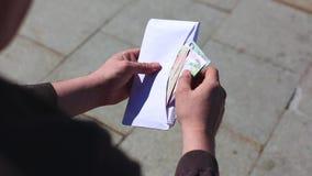 Zamyka w górę spienięża wewnątrz kopertę w rękach Pieniądze premia w papierowej kopercie Mężczyzna trzyma kopertę z pieniądze ?wi zdjęcie wideo