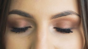 Zamyka w górę spojrzenia otwarcia i mrugania oczy wolno zbiory